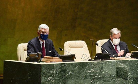 यूएन महासभा अध्यक्ष (2020-2021) वोल्कान बोज़किर और महासचिव एंतोनियो गुटेरेश 75वें सत्र की शुरुआत करते हुए