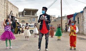 Добровольцы рассказывают детям в Йемене, как правильно мыть руки.