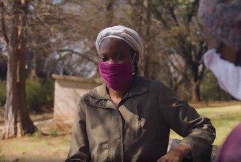 Livhuwani Hellen Dzibana, (kulia) akizungumza na moja ya wateja wake jijini Johannesburg nchini Afrika Kusini.