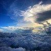 La capa de ozono, que se encuentra en lo alto de la atmósfera, protege a la Tierra de la mayoría de los dañinos rayos ultravioleta del sol.