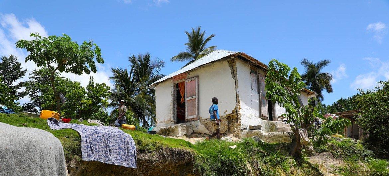 Des milliers de personnes ont été déplacées après que des dizaines de milliers de maisons se sont effondrées ou ont été endommagées.