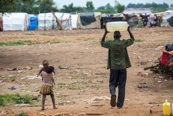 一名男子在布隆迪布琼布拉附近挑水。