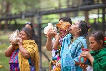 """土著妇女吹响了海螺,为在墨西哥举行 """"平等一代论坛""""拉开了序幕。"""