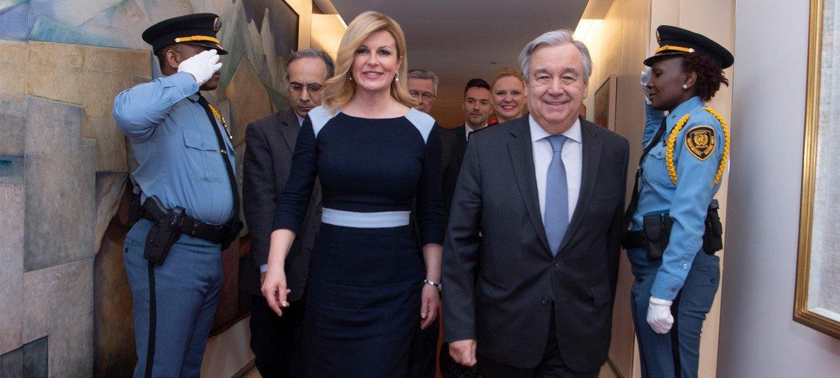 秘书长古特雷斯(右)会见了克罗地亚共和国总统基塔罗维奇(左)。