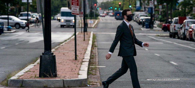 Un homme traverse la New York Avenue en pleine heure de pointe à Washington DC, le 3 septembre 2020.