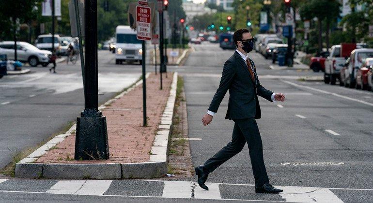 Un hombre camina en los Estados Unidos durante la pandemia de COVID-19