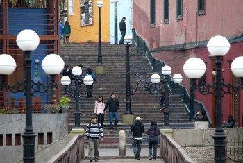 秘鲁首都利马巴兰科区街景(2013年资料图片)。
