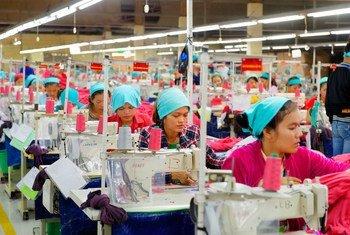L'atelier de production d'une usine d'exportation de vêtements au Cambodge.