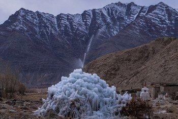 भारत के लद्दाख़ हिमालय क्षेत्र में गर्मियों के दौरान पानी की कमी से निपटने के लिए कृत्रिम हिमनद (ग्लेशियर). ये परियोजना सोनम वांगचुक के विचार पर आधारित थी.