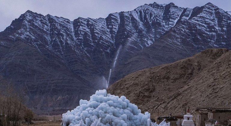 Un glaciar artificial para ayudar a solucionar la crisis del agua en la región del Himalaya, India.
