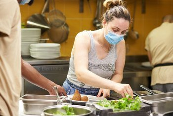 نهى صايغ أثناء مشاركتها في إحدى الفعاليا لطهو الطعام.