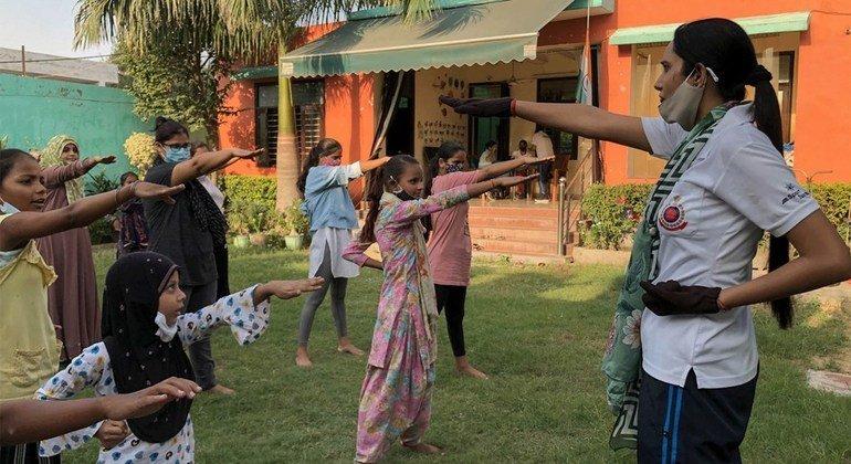 दिल्ली पुलिस का एक प्रशिक्षक शरणार्थी लड़कियों और महिलाओं को आत्मरक्षा सिखाती हैं.