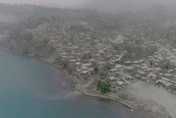 الرماد الناجم عم نشاط بركان لا سوفريير يغطي مناطق شاسعة في سانت فنسنت وجزر غرينادين.