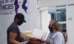 Mujeres trans entregan comida gratuita de lunes a viernes para mostrar su solidaridad con las personas de escasos recursos.