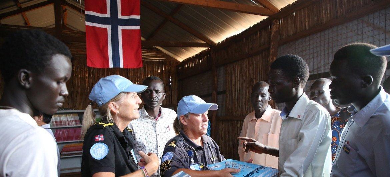 Полиция ООН помогает наладить работу библиотеки в Южном Судане.