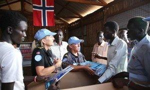 ضباط الشرطة في بعثة الأمم المتحدة في جنوب السودان (أونميس) أنشأوا مكتبة في مركز حماية المدنيين وتبرعوا بالكتب.