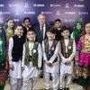 الأمين العام يتوسط أطفالا لاجئين أفغان، خلال فعاليات المؤتمر الدولي حول 40 عاما على استضافة اللاجئين الأفغان في باكستان. الأطفال هم جزء من فرقة موسيقية مكونة من أطفال لاجئين أفغان وآخرين من باكستان.