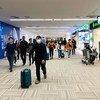 जापान के टोक्यो एयरपोर्ट पर यात्री फ़ेस मास्क लगाकर एहतियात बरत रहे हैं.
