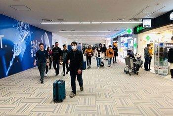 Pessoas usam máscaras no Narita International Airport, em Tóquio, Japão.