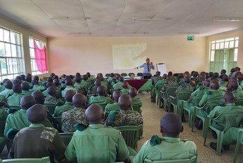 Au Kenya, des membres du National Youth Service reçoivent une formation sur la lutte contre les criquets pèlerins. Ils seront déployés sur le terrain pour accroître le contrôle au sol des ravageurs migrateurs.