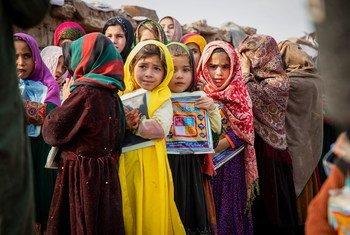 Des enfants réfugiés afghans devant une école à Islamabad, au Pakistan, où vivent environ 3 000 réfugiés afghans.