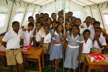 斐济维一群八年级的学生。
