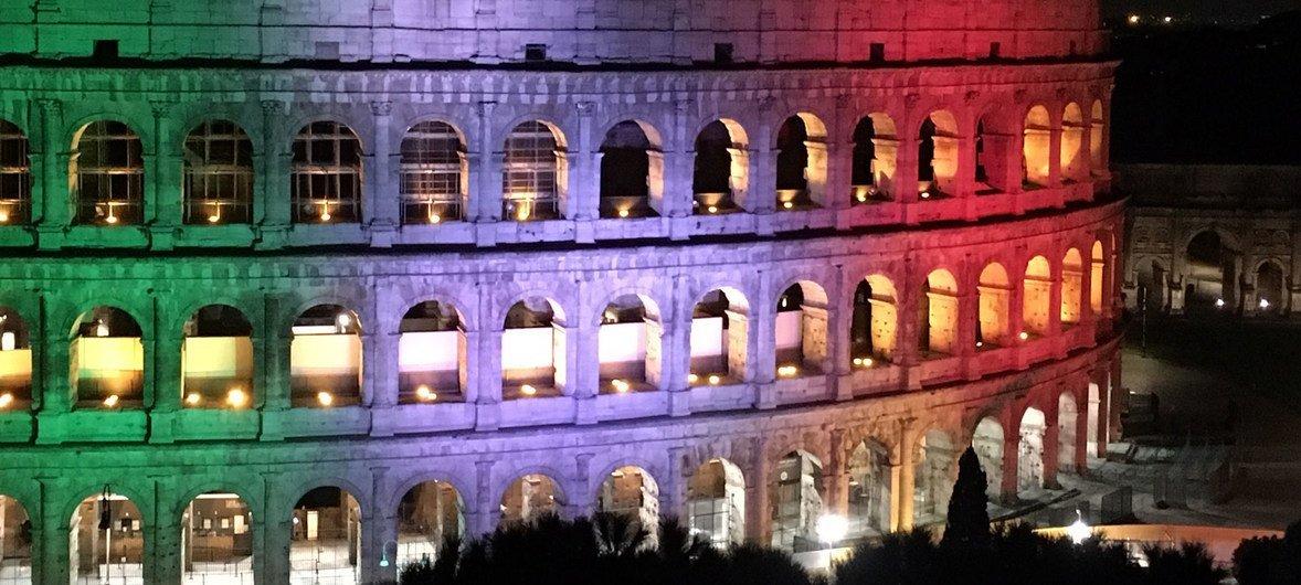 इटली के रोम में ऐतिहासिक कोलोसियम पर 'आई स्टे एट होम' का संदेश दर्शाया गया है.