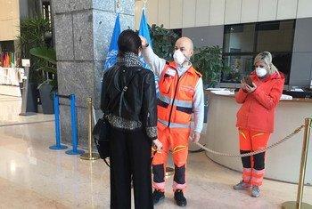 联合国粮农组织罗马总部大楼,员工在进入前必须测量体温。
