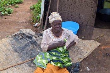 Donata Nyirakaboozi, mkimbizi mwenye ulemavu wa kutoona anayeishi katika kambi ya Kyangwali Uganda.