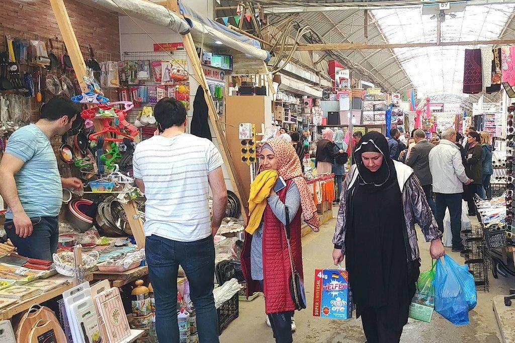 人们在阿塞拜疆的塞德雷克市场购物。