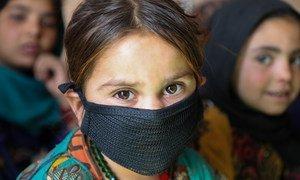 阿富汗赫拉特省一个境内流离失所者营地的社区教育中心里的一名五岁儿童。