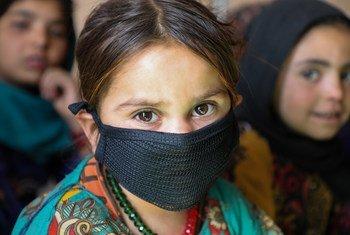अफ़ग़ानिस्तान के हेरात प्रान्त में, आन्तरिक विस्थापितों के लिये बनाए गए एक शिविर में, सामुदायिक शिक्षा केन्द्र में कुछ बच्चे.