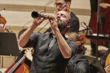 العازف والمحلن السوري كنان العظمة في إحدى حفلاته الموسيقية.