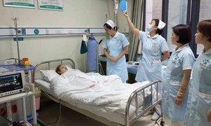 Enfermeras cuidan a un paciente con coronavirus en China.