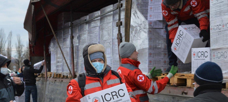 Добровольцы Красного Креста доставили помощь в Донецк. Жители Донбасса в связи с распространением COVID-19 оказались в еще большей изоляции. Фото из архива.