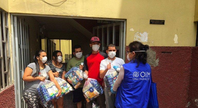 Las agencias de la ONU distribuyen ayuda proporcionada por el sector privado entre familias venezolanas que viven en Perú.