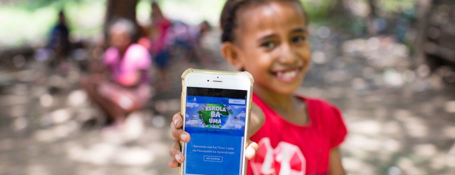 Menina de Timor-Leste mostra a plataforma online que usou para estudar enquanto sua escola esteve fechada, devido à nova pandemia de coronavírus.