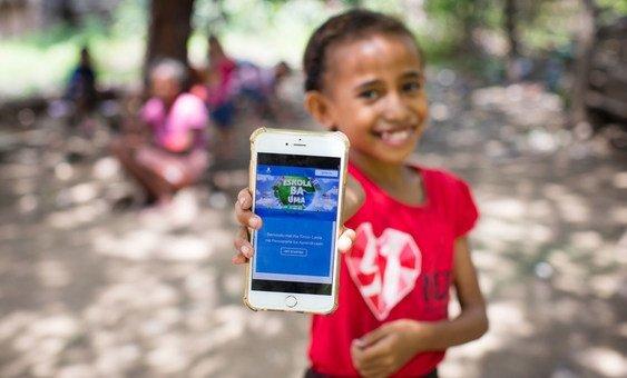 Menina de Timor-Leste mostra a plataforma online que ela usa para estudar enquanto sua escola está fechada, devido à nova pandemia de coronavírus.