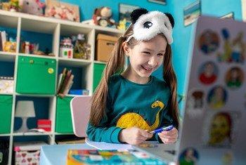 Une fillette de sept ans étudie en ligne chez elle à Kiev, en Ukraine, car les écoles restent fermées en raison de la pandémie de COVID-19.