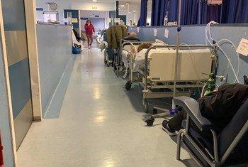 Pacientes con COVID-19 reposan en sillas en los pasillos del hospital Severo Ochoa en Madrid.