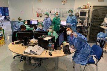 Le personnel de santé de l'hôpital Severo Ochoa à Madrid, la capitale de l'Espagne, mobilisé pour soigner les patients atteints de la Covid-19