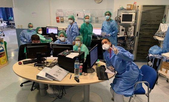 Reunión de trabajo del personal sanitario del hospital Severo Ochoa en Madrid.