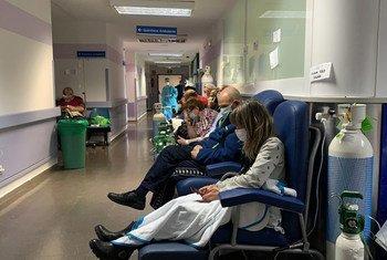 ARCHIVO. Pacientes esperan en un pasillo del hospital Severo Ochoa en Madrid, en la primavera de 2020.