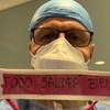 El doctor Luis Díaz Izquierdo porta una pantalla de protección con un mensaje de esperanza hecho por la gente en España.