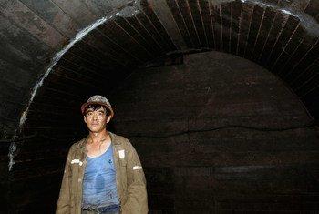 Les hommes plus âgés qui travaillent de longues heures, comme ce mineur de charbon en Chine, sont susceptibles de mourir en raison de leur travail.