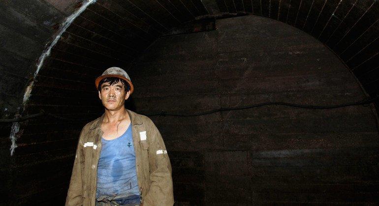长时间工作的老长男性,比如中国的这位煤矿工人,很容易死于与工作有关的死亡。