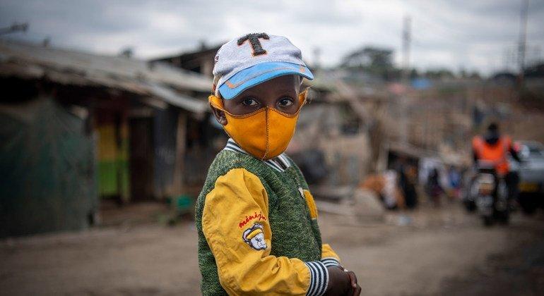 Un niño lleva una mascarilla mientras camina por el asentamiento de Mathare en Naironi, Kenya.