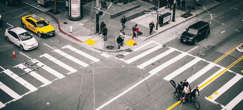 Des personnes attendent un changement de feu à un passage pour piétons à San Francisco, aux États-Unis.