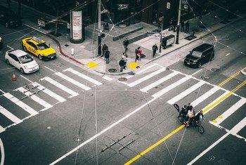 Peatones esperando la luz verde en un paso de peatones en la ciudad de San Francisco, en Estados Unidos.