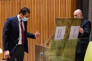 选举安理会五个新的非常任理事国的投票在联大会堂举行。